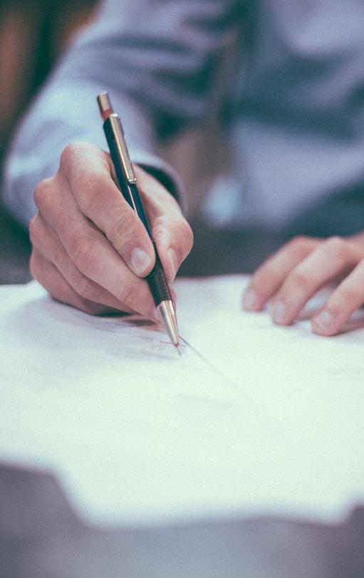 Pracownik podpisujący umowę